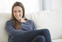 Piękna kobieta ono Uśmiecha się W Domu fotografia royalty free