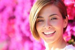 Piękna kobieta ono uśmiecha się z białymi perfect zębami zdjęcia stock