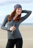 Piękna kobieta ono uśmiecha się z bidonem outdoors Obrazy Royalty Free