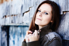 Piękna kobieta opiera na kabinowej beli Zdjęcia Stock