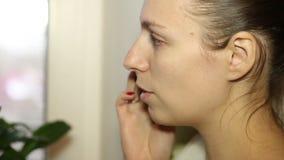 Piękna kobieta opowiada na telefonie komórkowym zdjęcie wideo