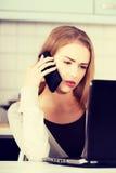 Piękna kobieta opowiada przez telefonu obraz royalty free