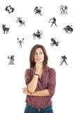 Piękna kobieta otaczająca z zodiakiem podpisuje zamyślenia lookin obraz stock