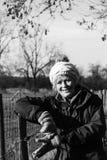 Piękna kobieta out chodzi w wsi fotografia stock
