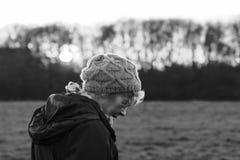 Piękna kobieta out chodzi w wsi obrazy stock