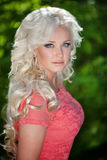 Piękna kobieta outdoors, dziewczyna w parku, wakacje. Ładni blondyny na naturze. szczęśliwa uśmiechnięta kobieta Fotografia Stock