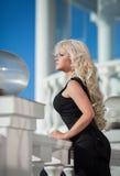Piękna kobieta outdoors, dziewczyna w parku, wakacje. Ładni blondyny na naturze. szczęśliwa uśmiechnięta kobieta Zdjęcie Royalty Free
