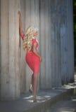 Piękna kobieta outdoors, dziewczyna w parku, wakacje. Ładni blondyny na naturze. szczęśliwa uśmiechnięta kobieta Obraz Stock