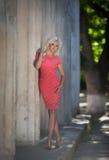Piękna kobieta outdoors, dziewczyna w parku, wakacje. Ładni blondyny na naturze. szczęśliwa uśmiechnięta kobieta Zdjęcia Stock