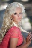 Piękna kobieta outdoors, dziewczyna w parku, wakacje. Ładni blondyny na naturze. szczęśliwa uśmiechnięta kobieta Obrazy Royalty Free