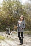 Piękna kobieta patrzeje kamerę na bicyklu w parku Obraz Royalty Free