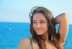 Piękna kobieta patrzeje na błękitnym morzu Obrazy Stock