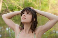 Piękna kobieta Patrzeje Oddolny w naturze zdjęcie royalty free