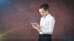 Piękna kobieta patrzeje w dotyka ochraniacza w spódnicie z zakazem, odosobniony pracowniany tło z copyspace pojęcia prowadzenia d Obraz Stock