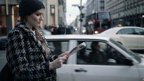 Piękna kobieta patrzeje z miasto mapą na ulicie zbiory wideo