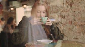 Piękna kobieta pije gorącą czekoladę w zimie zbiory