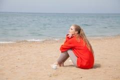 Piękna kobieta pije gorącej herbaty jeden ocean plaża obraz royalty free