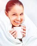 Piękna kobieta pije herbaty zdjęcia royalty free