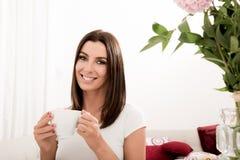 Piękna kobieta pije kawę w domu zdjęcie stock