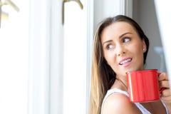 Piękna kobieta pije kawę w domu Obraz Stock
