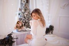 Piękna kobieta pije kawę w sypialni Dziewczyna trzyma filiżankę, cieszy się napój obrazy royalty free