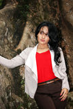 Piękna kobieta pod dużym drzewem Zdjęcie Royalty Free