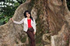 Piękna kobieta pod dużym drzewem Zdjęcia Stock
