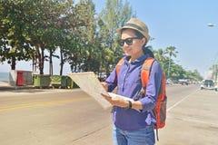 Piękna kobieta podróżnika mienia lokaci mapa w rękach Zdjęcie Royalty Free