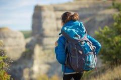 Piękna kobieta podróżuje w jesieni górach Zdjęcia Royalty Free