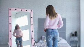Piękna kobieta podziwia ciało w luźnych spodniach kształtuje zdjęcie wideo