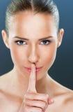 Piękna kobieta pokazuje cisza gest Zdjęcie Royalty Free