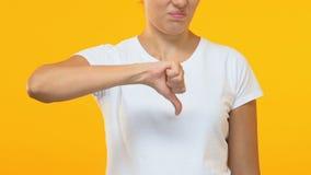 Piękna kobieta pokazuje kciuki zestrzela gest, konsumpcyjnej usługi przegląd, niechęć zbiory