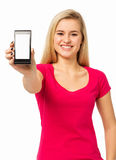 Piękna kobieta Pokazuje Mądrze telefon Obraz Royalty Free