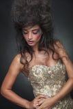 Piękna kobieta pozuje whle patrzeje w dół Zdjęcia Royalty Free