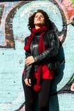 Piękna kobieta pozuje z błękitnymi graffiti zdjęcie royalty free