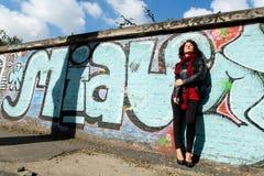 Piękna kobieta pozuje z błękitnymi graffiti obraz stock