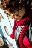 Piękna kobieta pozuje z błękitnymi graffiti obrazy stock