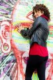 Piękna kobieta pozuje z graffiti głową zdjęcie royalty free