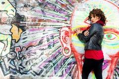 Piękna kobieta pozuje z graffiti głową fotografia stock