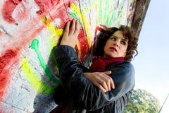Piękna kobieta pozuje z graffiti głową obraz royalty free