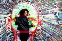 Piękna kobieta pozuje z graffiti głową zdjęcia stock
