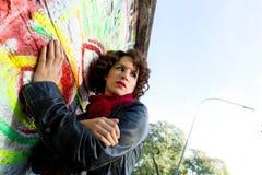 Piękna kobieta pozuje z graffiti głową zdjęcia royalty free