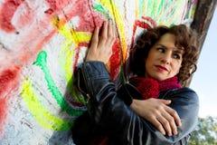 Piękna kobieta pozuje z graffiti głową obrazy royalty free