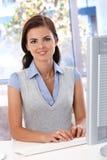 Piękna kobieta pracuje przy biurka ono uśmiecha się zdjęcie royalty free
