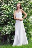 Piękna kobieta przy ogródem fotografia royalty free
