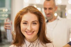 Piękna kobieta przy włosianym piękno salonem obrazy royalty free