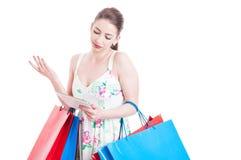 Piękna kobieta przy zakupy robi no znać gesta Obrazy Stock