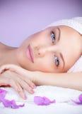 Piękna kobieta przy zdrojem Fotografia Stock