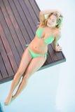 Piękna kobieta relaksuje basen stroną w zielonym bikini Zdjęcie Stock