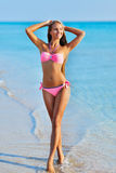 Piękna kobieta relaksuje na lato plaży w seksownym bikini Zdjęcia Royalty Free